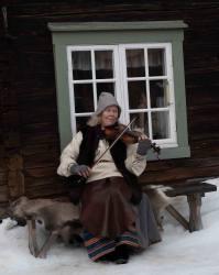 Monika A.spelar fiol__ARG3000_WEBB_Foto AnnaReet Gillblad.jpg